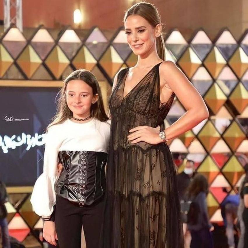 إيمان العاصي وابنتها في اليوم الرابع من مهرجان القاهرة.
