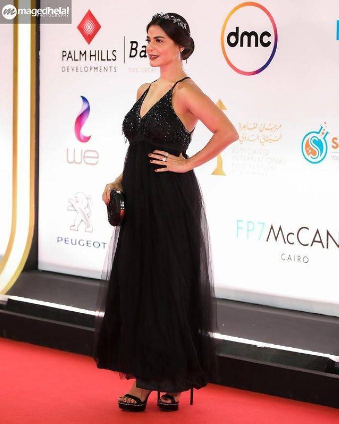 رانيا منصور بفستان أسود من التول.