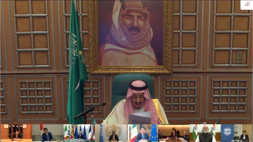 الملك سلمان متحدثاً أمام قمة مجموعة العشرين التي استضافتها السعودية. (أرشيفية)