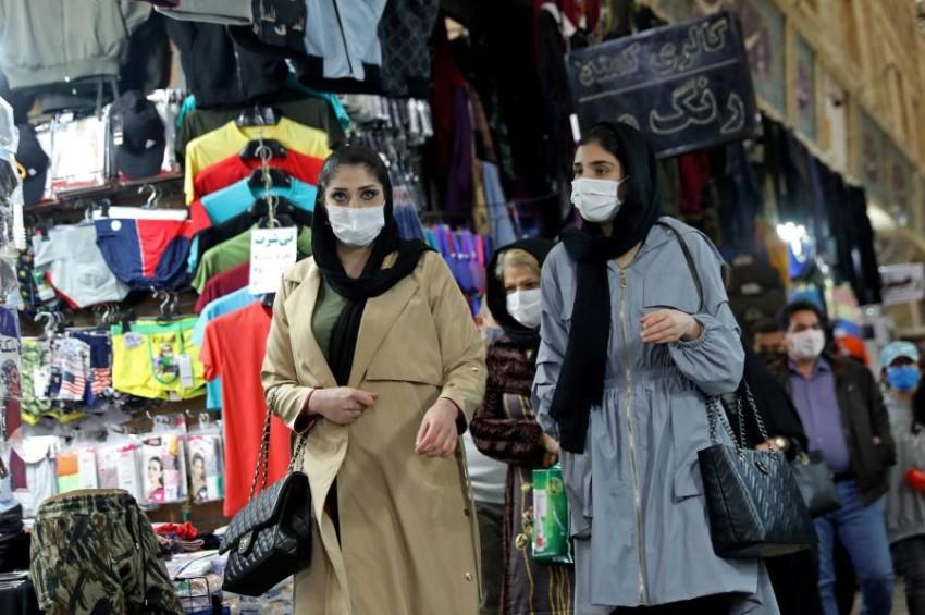الحركة مستمرة في أسواق طهران رغم الجائحة.(أ ف ب)