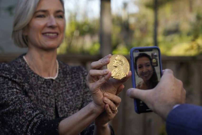 الفائزون بجوائز نوبل يتسلمونها في المنزل - أب.