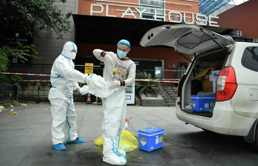 عاملون في المجال الطبي بالصين. (رويترز)