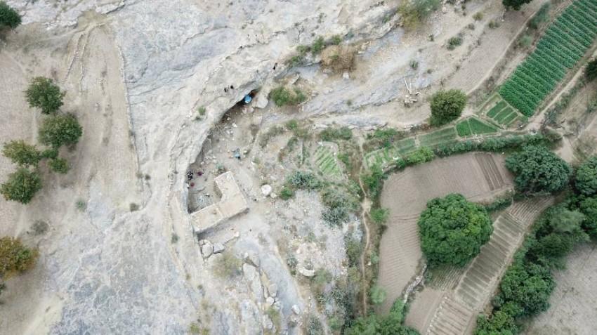 يمنيون يلجؤون للعيش في الكهوف هرباً من الحرب. (خاص لـ«الرؤية»)