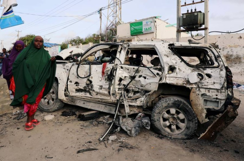 بقايا سيارة مدمرة في هجوم في العاصمة الصومالية مقديشو. (رويترز)