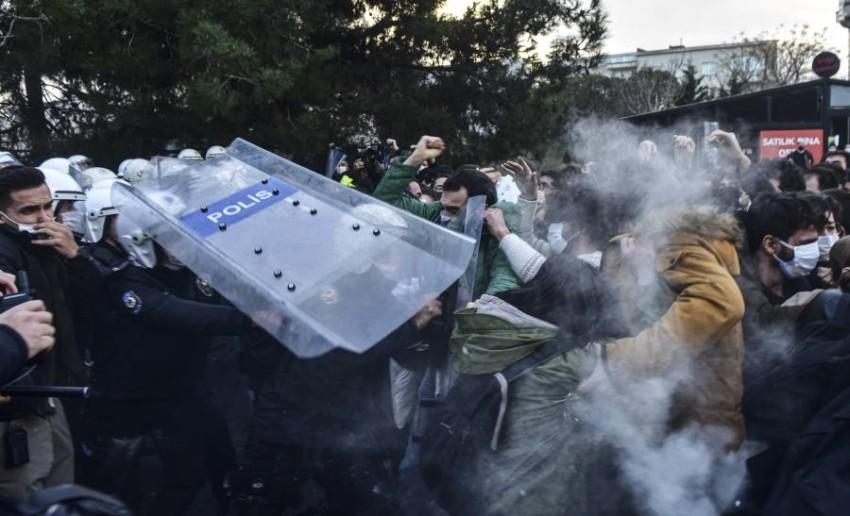 اشتباكات بين الشرطة والطلاب. (أ ب)