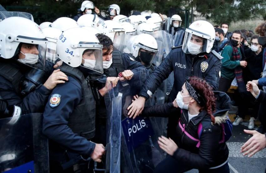 قوات مكافحة الشغب في مواجهة طلاب الجامعة. (رويترز)