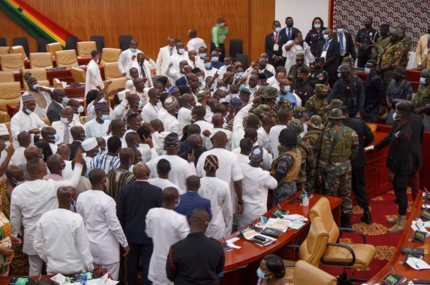 العسكريون في برلمان غانا. (أ ف ب)