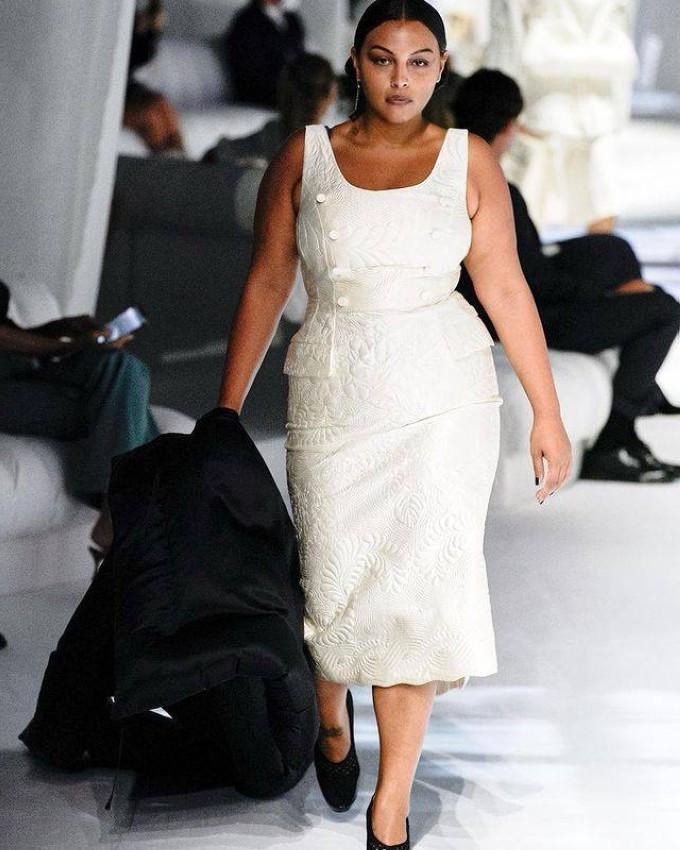 بالوما إلسيسر Paloma Elsesser بعرض أزياء فيندي