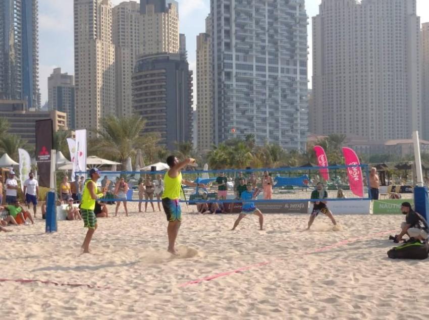 من منافسات بطولة دبي الثانية للتنس الشاطئي. (الرؤية)