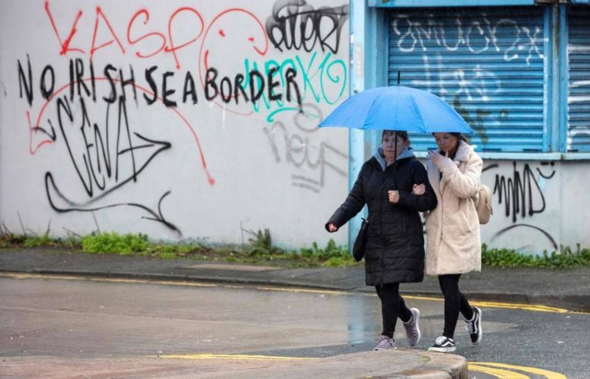 جداريات رافضة لفرض حدود بحرية على أيرلندا الشمالية. (أ ف ب)