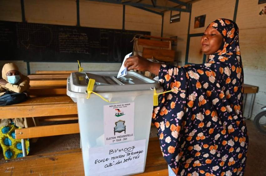 الناخبون في النيجر يختارون رئيساً جديداً - أ ف ب.