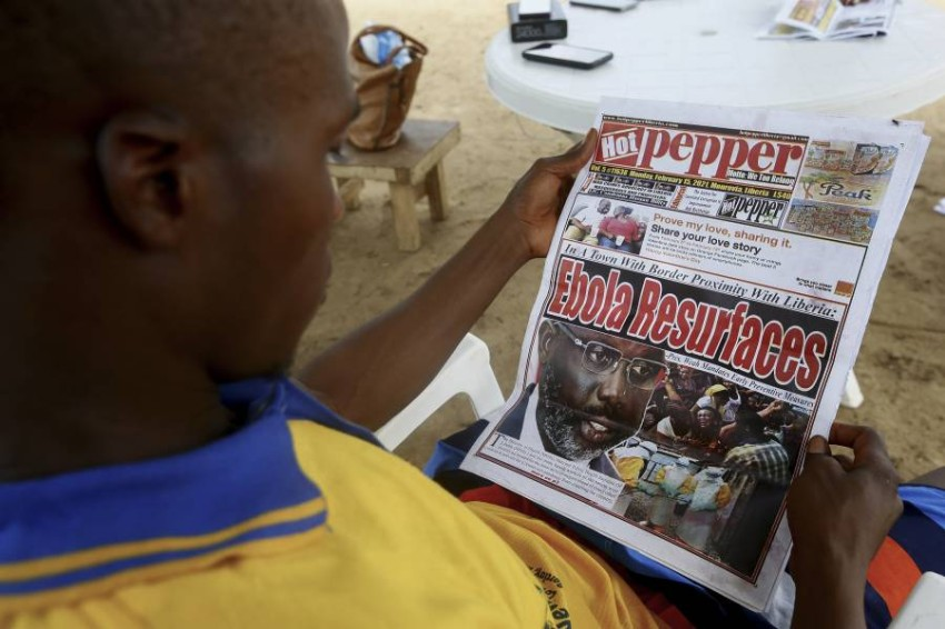 أخبار وباء إيبولا تتصدر العناوين في دول أفريقيا. (إي بي أيه)