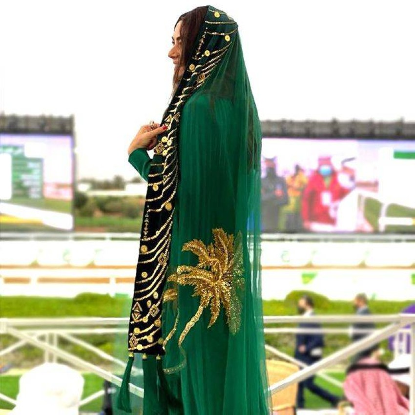 تطريزات من العلم السعودي على العبايات في كأس السعودية