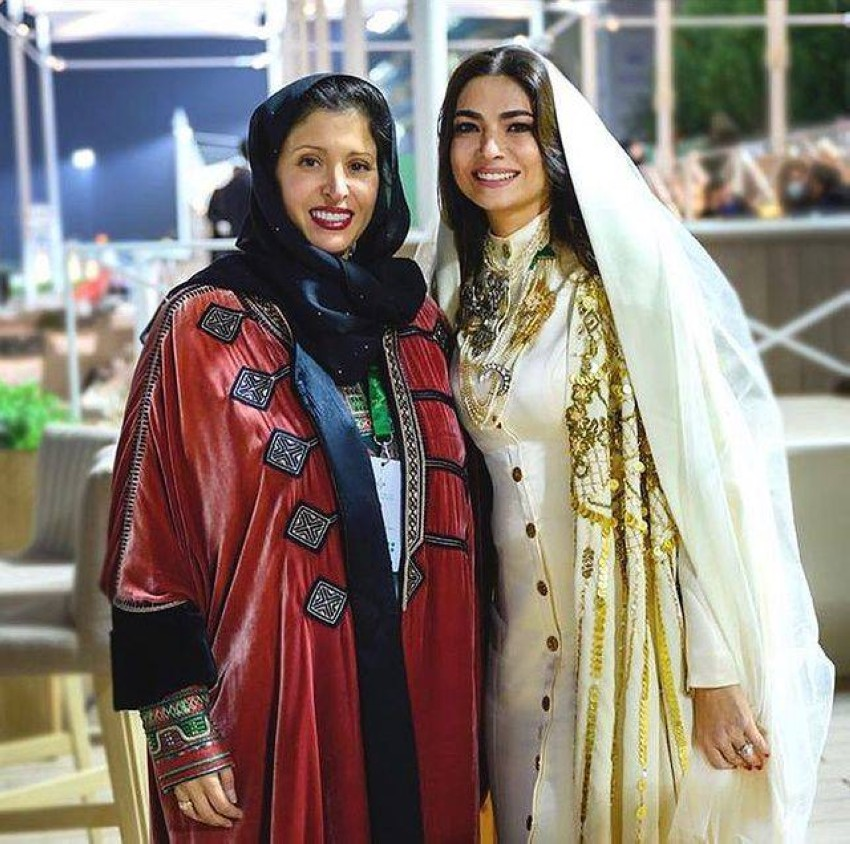 سمو الأميرة نورة بنت محمد الفيصل رئيس نادي السباقات بجانب المصممة هنيده الصيرفي