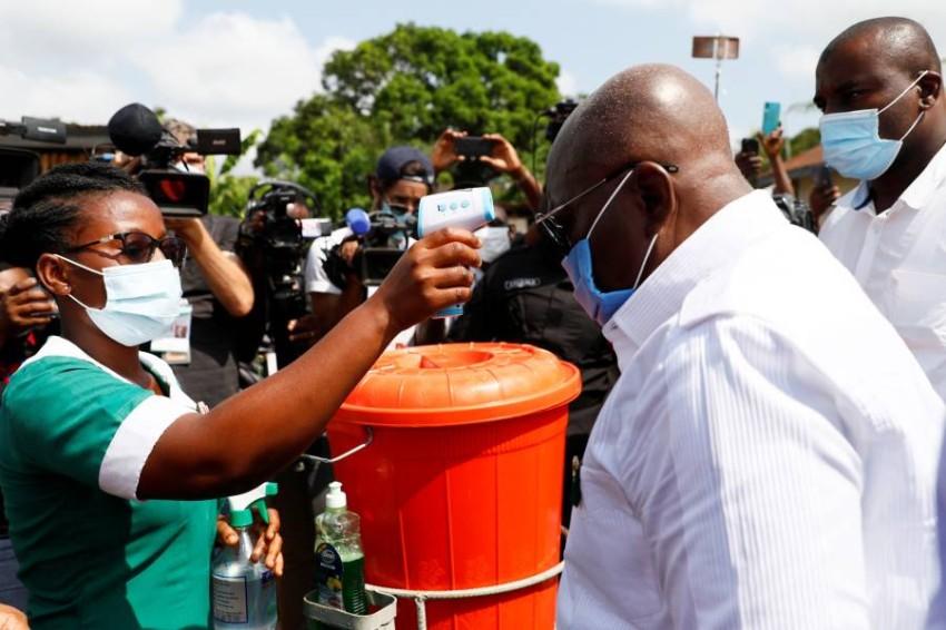 أول شحنة لقاحات مجانية عن طريق كوفاكس من نصيب غانا - رويترز.