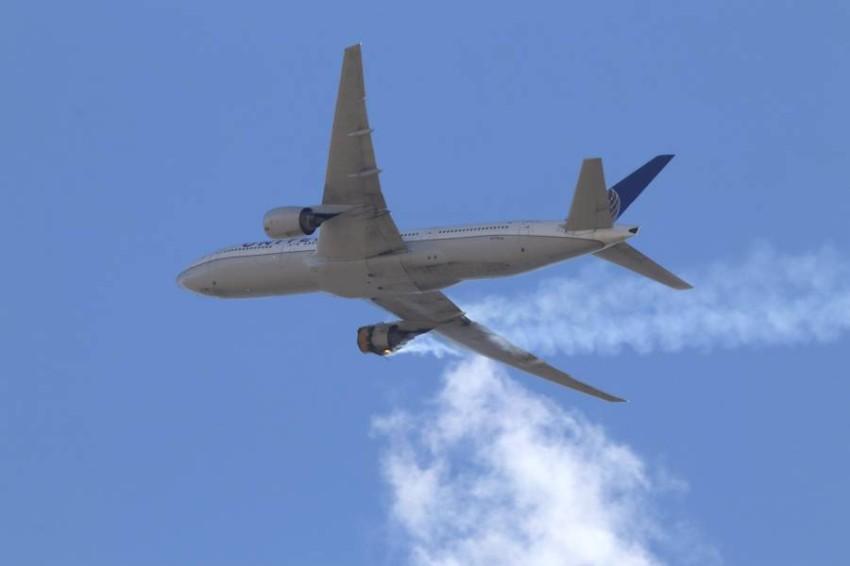 الطائرة خلال اشتعال النيران بالمحرك. (أ ب)