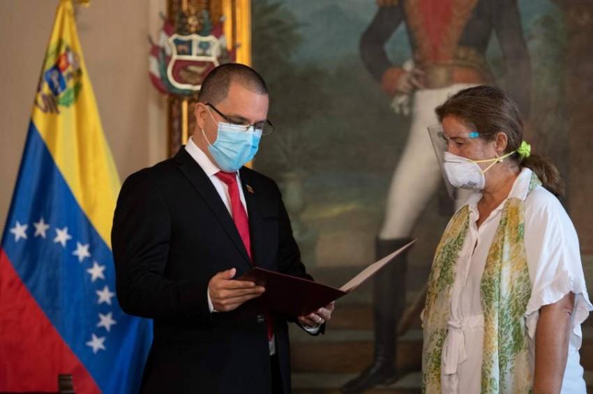 وزير الخارجية الفنزويلي والسفيرة الأوروبية. (أ ف ب)