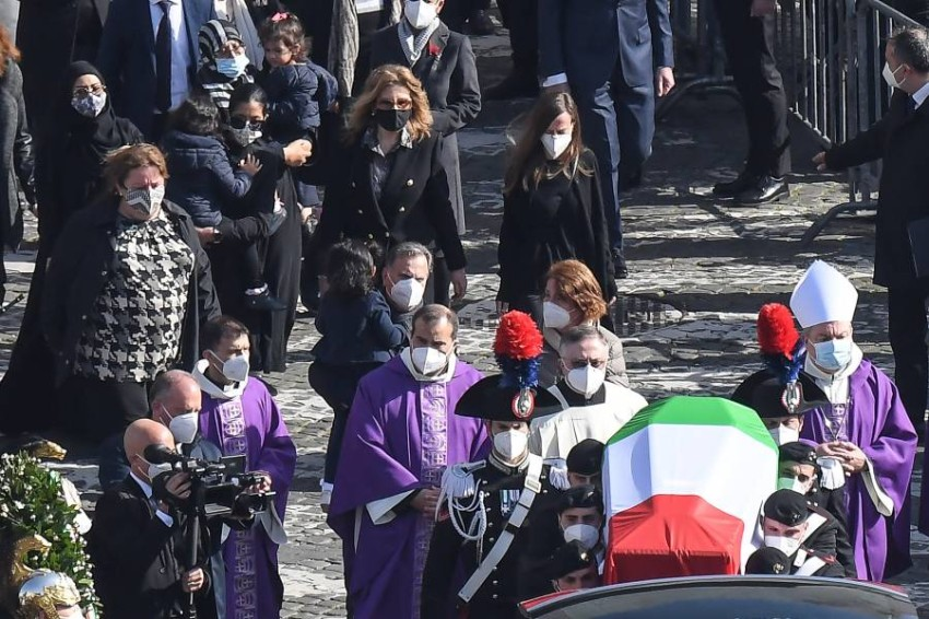 حرس الشرف يحملون نعش السفير الإيطالي. (إي بي أيه)