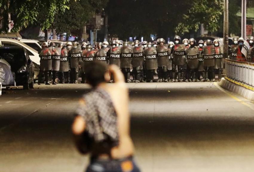 متظاهر يتحدى قوات الأمن في ميانمار. (إي بي أيه)
