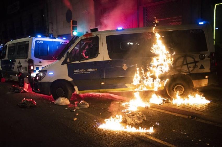 إضرام النيران في سيارة شرطة. (أ ب)