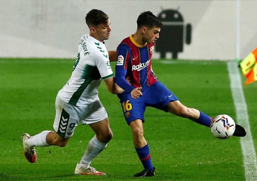 لاعب وسط برشلونة بيدري غونزاليس. (إ ب أ)