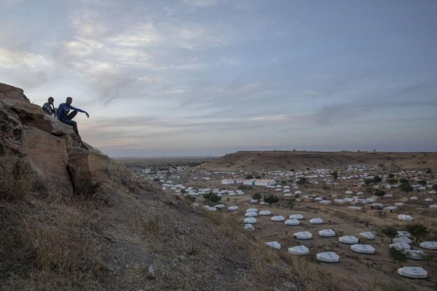 تلٌ يطل على مخيم لاجئين في المنطقة الحدودية. (أ ب)