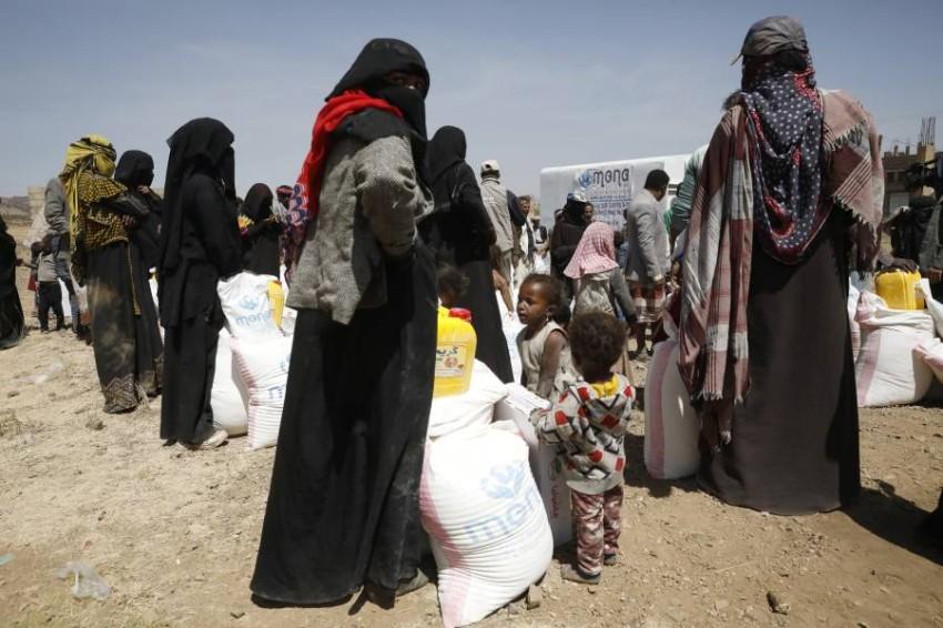 يمنيون شردتهم الحرب يحصلون على مساعدات غذائية.(أي بي أيه)