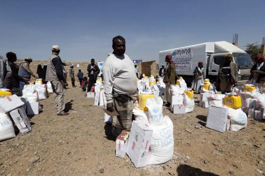 يمنيون يحصلون على مساعدات غذائية.(إي بي أيه)