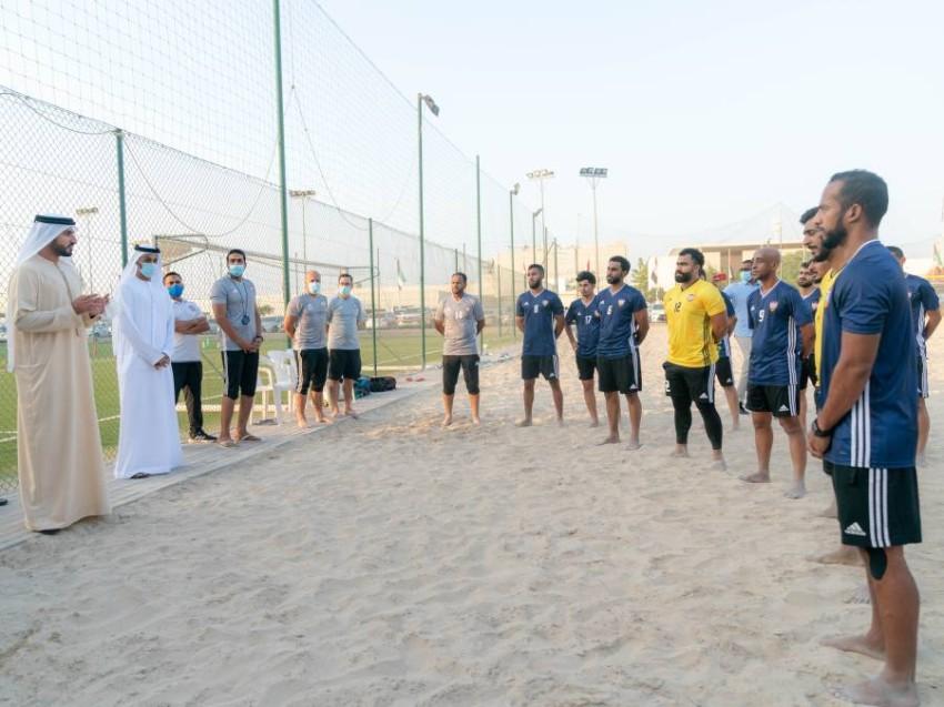 من زيارة سابقة للشيخ راشد بن حميد النعيمي لتدريبات منتخب الشاطئية في مقر اتحاد الكرة. (الرؤية)