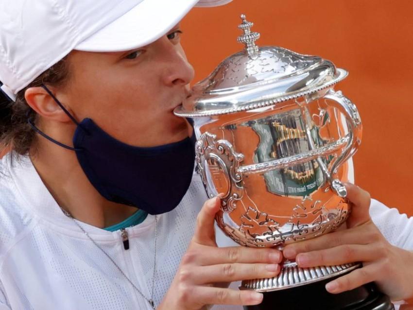نجمة التنس البولندية إيغا شيانتيك محتفلة بلقب رولان غاروس. (رويترز)