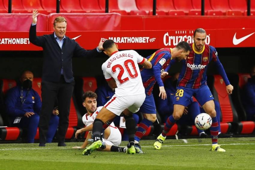كومان خلال مباراة برشلونة مع إشبيلية. (رويترز)