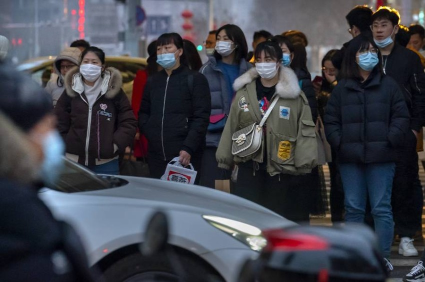 الصينيون يعيشون ويتنقلون بشكل طبيعي رغم الوباء.(ا ب)
