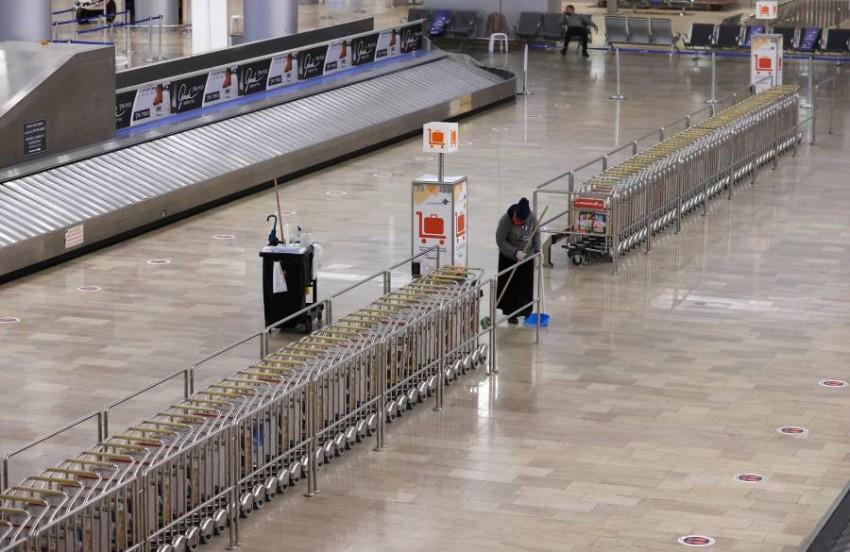 عاملة نظافة في مطار بن جوريون. (أ ف ب)