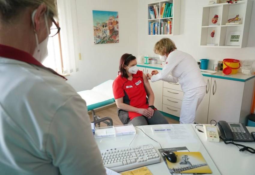عاملة في المجال الصحي تتلقى لقاح كورونا. (إي بي إيه)