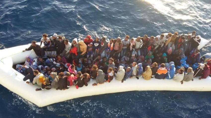 مهاجرون أفارقة يجري إنقاذهم من خفر السواحل. (رويترز)