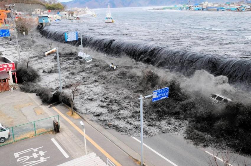 موجة تسونامي سابقة ضربت اليابان. (رويترز - أرشيفية)