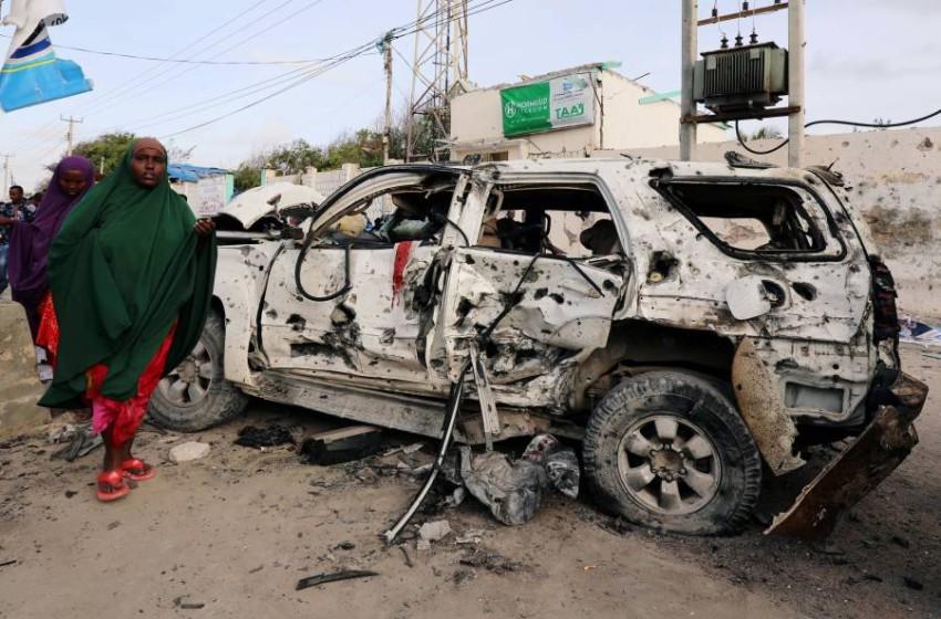 بقايا سيارة مدمرة في العاصمة الصومالية مقديشو. (رويترز)