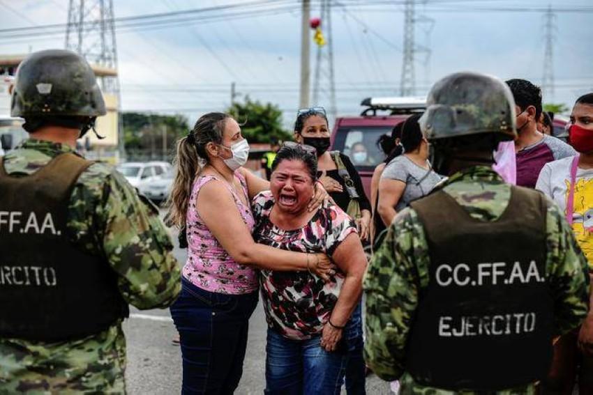 أقارب السجناء في حالة انهيار. (رويترز)