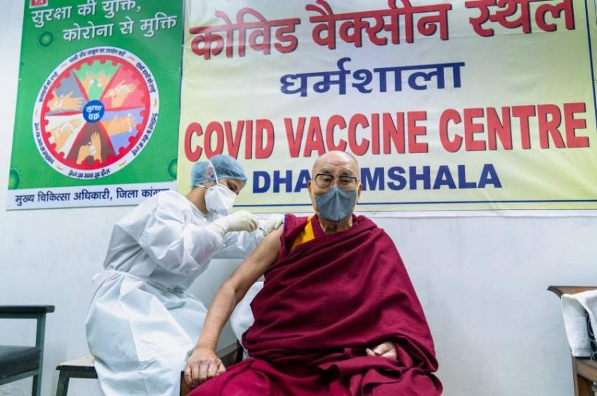 زعيم التبت يتلقى الجرعة الأولى من التطعيم. (رويترز)