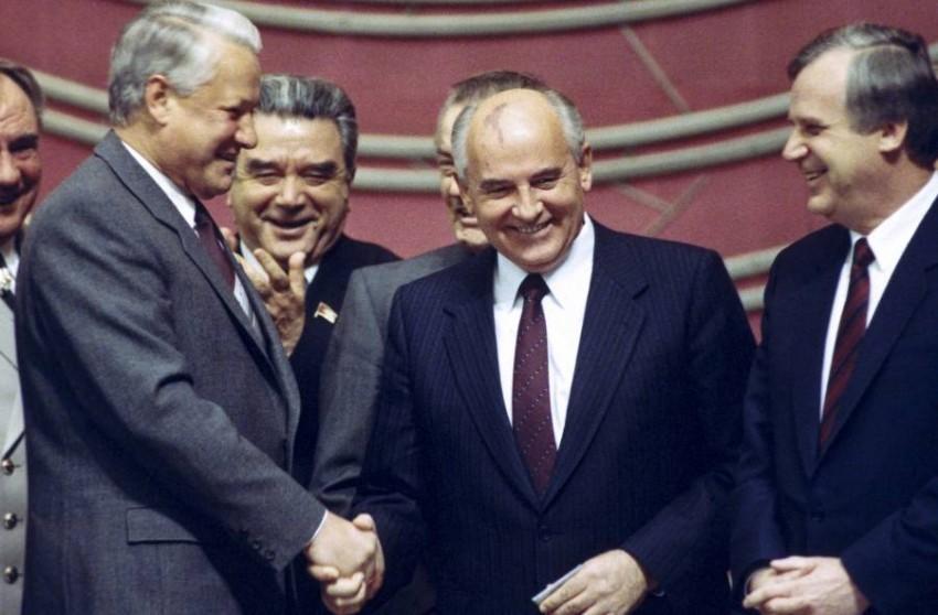 الاتحاد السوفيتي كان كياناً هشاً مليئاً بالتناقضات. (أ ب)