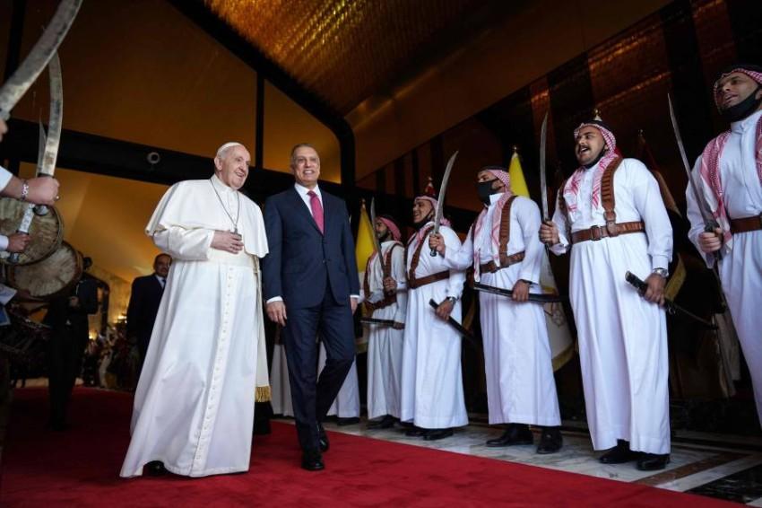 مصطفى الكاظمي أثناء استقباله للبابا فرنسيس - أ ف ب.