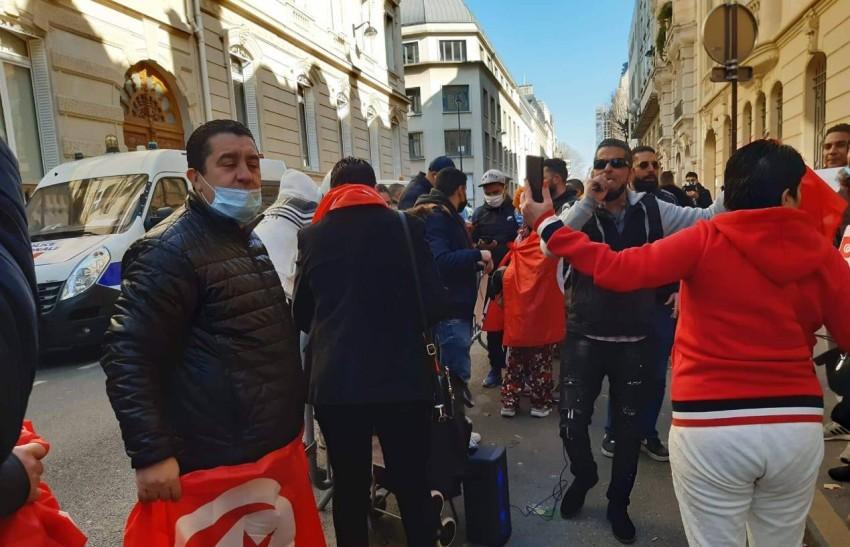 تونسيون يحتجون في أمام قنصلية بلادهم في باريس للمطالبة بوثائق هوية.(الرؤية)