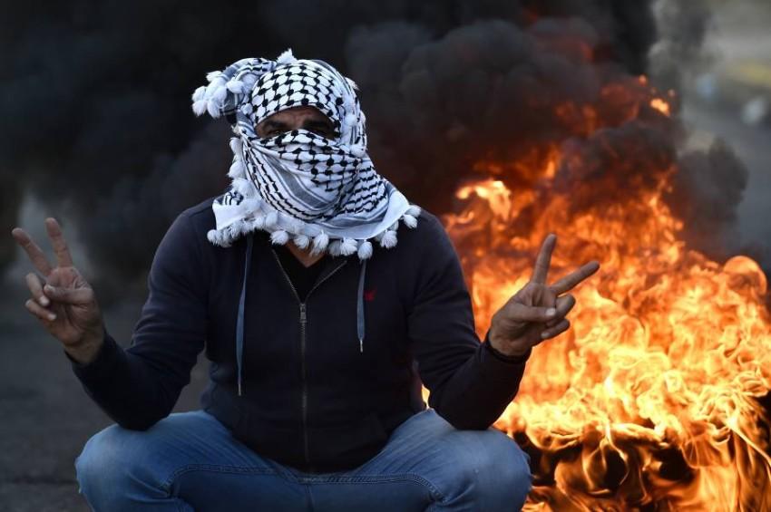 متظاهر في بيروت ضد الأوضاع المتردية. (إي بي أيه)