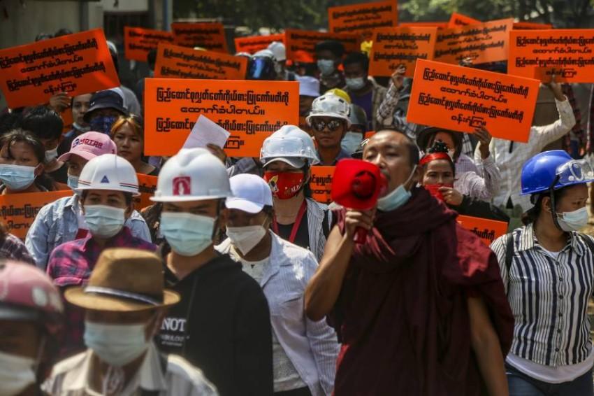 المتظاهرون يواصلون تحديهم للأمن في ماندالاي. (إي بي إيه)