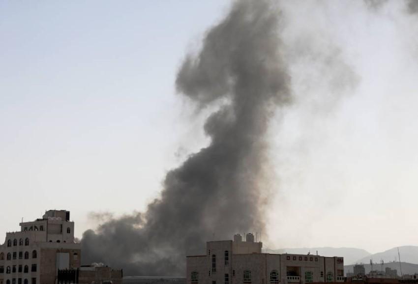 دخان يتصاعد من مواقع الميليشيات التي استهدفها التحالف.(أ ب)