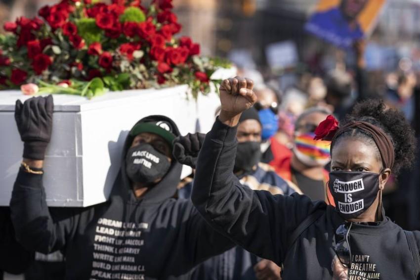 نموذج لنعش فلويد يطالب المحتجون من خلاله بالعدالة. (أ ب)