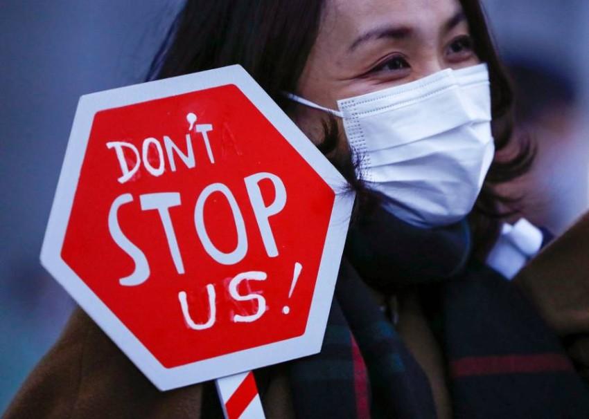 النساء أكثر عرضة للعمل في الصناعات الأكثر تضرراً من الوباء - رويترز.