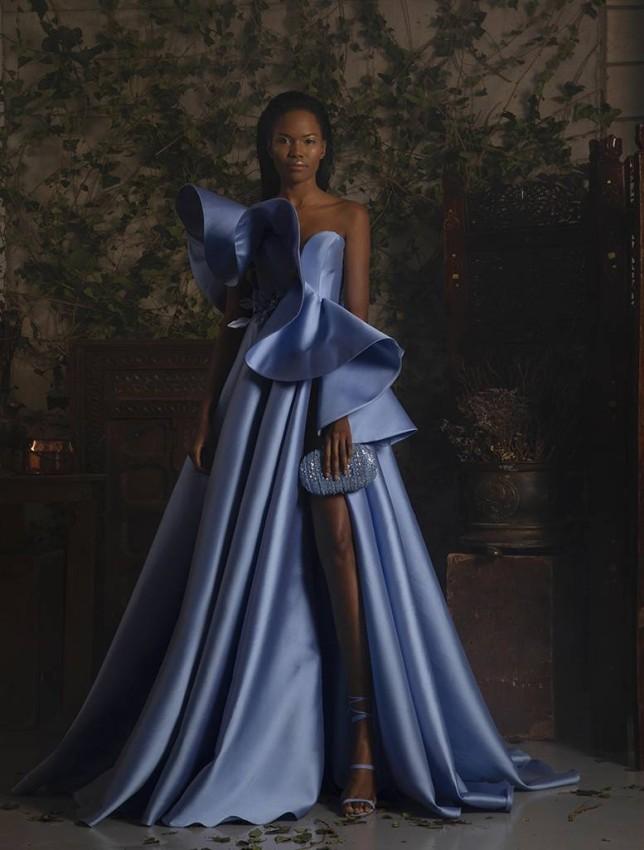 الفستان الأزرق من الستان الناعم بمجموعة جورج حبيقة لربيع 2021