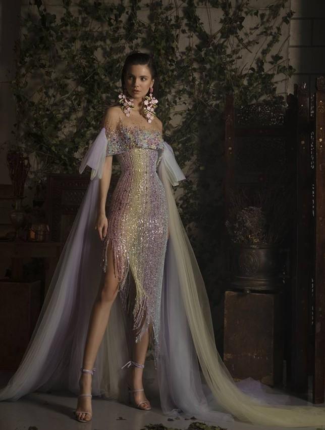 الفستان بألوان قوس قزح من الأرغواني والروز