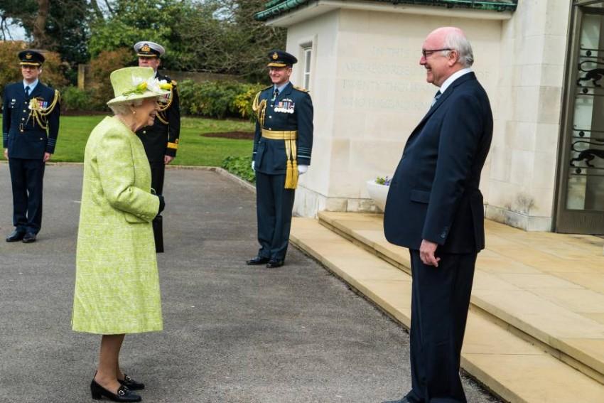 كانت الملكة تقوم بمهامها عن طريق اتصالات الفيديو - EPA.